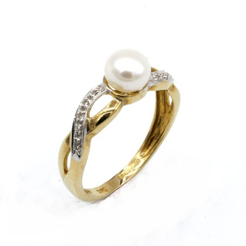 Crossover yellow gold ring with ten diamonds, holding a pearl in the centre